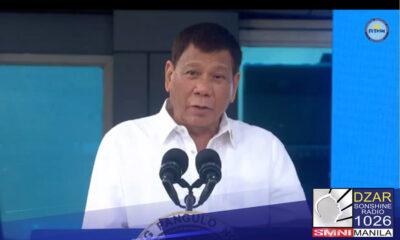 Personal na sinalubong ni Pangulong Rodrigo Duterte ang dumating na higit 3 milyong dosis ng Moderna COVID 19 vaccines sa Villamor Airbase, Pasay City.